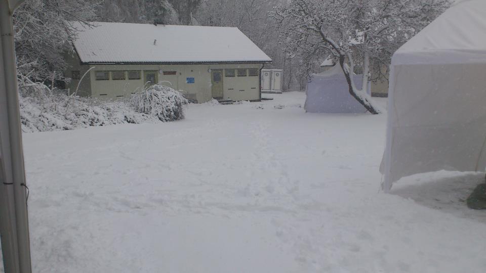 Så här såg start och målområdet ut på morgonen. Rejält med snö! Vart var skidorna! Foto: Stefan Manning