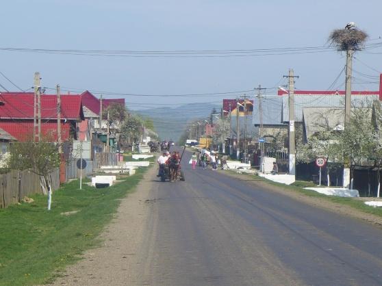 En vanlig syn på en gata i en Rumänsk by.