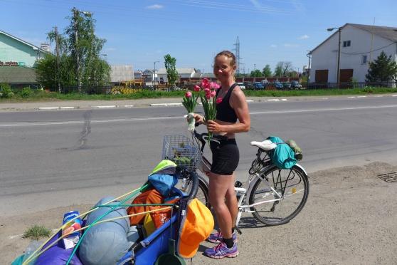 Kristina med ett fång tulpaner och en knippa salladslök som vi fick från en man på moped.