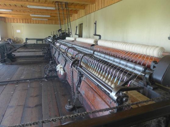 I den200 år gamla kvarnen drivs de 100 år gamla maskinerna där garn tillverkas av ull och färgas med hjälp av växter. En kvinna från byn tillverkar sen strumpor, vantar och annat som säljs på gården.