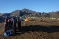 Campingen vid Landmannalaugur. I bakgrunden ser man kanten av lavafältet.
