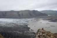 """Glaiärflodens utlopp där man ser att den """"kalvar"""" av sig bitar av isen ner i den glaciärsjö som bildas i botten."""