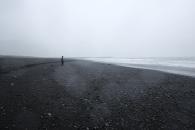 Nere på den svarta stranden vid Vik. Mäktigt även fast det var rätt dåligt väder och sikt just när vi var där.